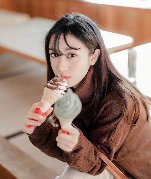 Jun Vũ đến cả lúc ăn kem cũng xinh hết phần thiên hạ.