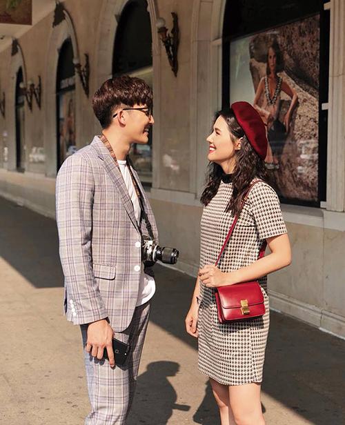 Phanh Lee và ông xã trong Yêu thì ghét thôi rủ nhau mặc đồ tông xuyệt tông, ra phố chụp hình chứng minh độ đẹp đôi.