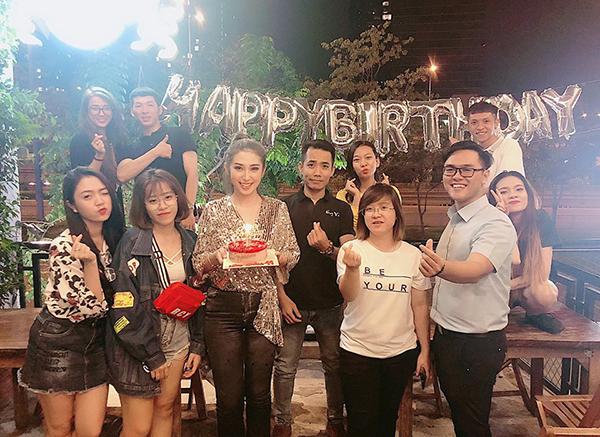 Khổng Tú Quỳnh đón sinh nhật ấm cúng bên các fan ruột.