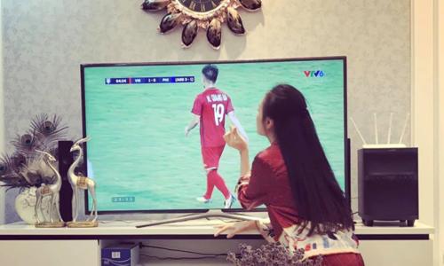 Quỳnh Búp bê Phương Oanh phấn khích trước chiến thắng của đội nhà. Cô ôm chầm lấy tivi sau khi đội tuyển Việt Nam ghi bàn vào lưới Philippines.