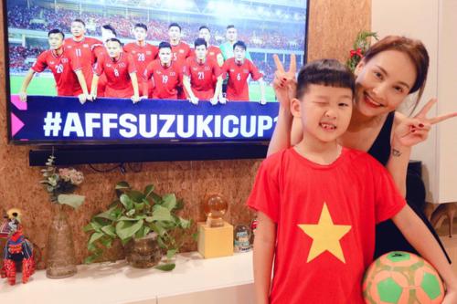 Có vé xem trận bán kết nhưng Bảo Thanh không kịp ra sân vì con trai đi học về muộn. Cô chọn cách ở nhà, cùng xem tivi với gia đìnhvà cổ vũ cho đội nhà.