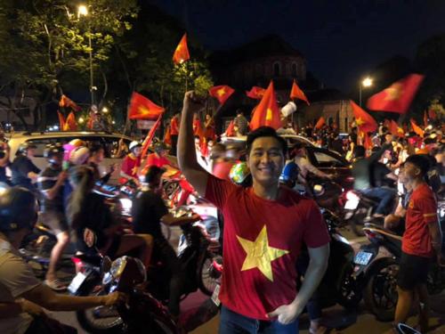 MC xuống đường đi bão, cổ vũ đội tuyển Việt Nam