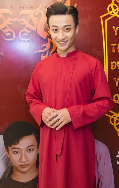 Tí tởn chụp ảnh dáng lạ với Adam Lâm, Mai Ngô quê vì té sấp mặt