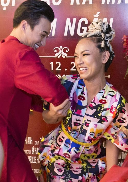 Tí tởn chụp ảnh dáng lạ với Adam Lâm, Mai Ngô quê vì té sấp mặt - 3