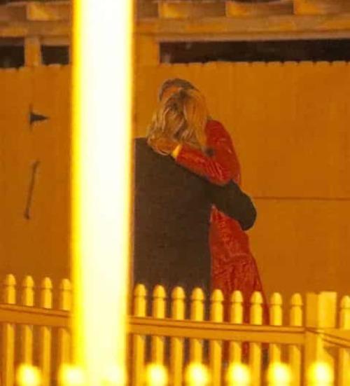 Bạn gái cũ Brooklyn Beckham bị bắt gặp hôn chân dài nóng bỏng - 1