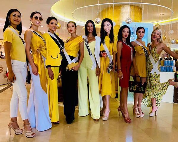Tuân thủ đúng yêu cầu dress code của BTC là một trong những yếu tố giúp HHen Niê ghi điểm ở cuộc thi lần này.Trong buổi sáng, hoa hậu HHen Niê và một vài thí sinh được đến thăm một bệnh viện, cùng bà Paula Sugar - Chủ tịch tổ chức Miss Universe. Trong hoạt động này, BTC yêu cầu các thí sinh mặc trang phục màu Vàng.