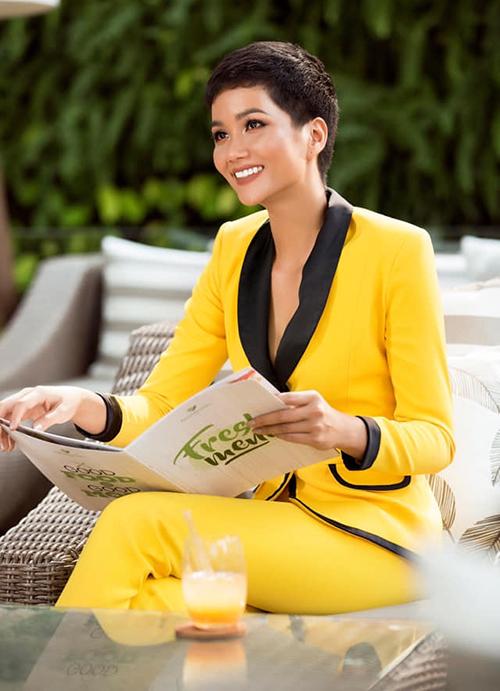 HHen Niê cho thấy sự tinh tế khi diện bộ suit tông vàng từ đầu đến chân, vừa đủ lịch sự để tham gia hoạt động ở bệnh viện nhưng vẫn khéo tôn lên vóc dáng.