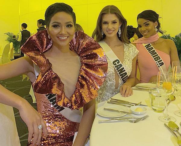 95 thí sinh đã có hoạt động tham gia tiệc Sponsor Dinner HHen Niê gây tranh cãi khi một mình một kiểu với chiếc váy đính kim sa lấp lánh, kiểu dáng độc đáo. Trang phục bị nhiều người chê là sến sẩm.