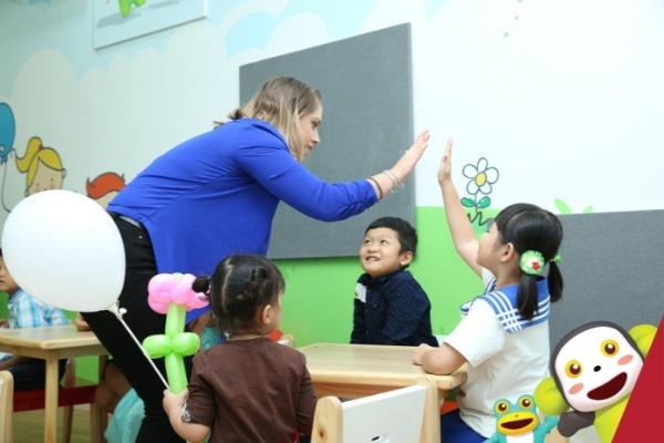 Đội ngũ 100% giáo viên bản ngữ cùng môi trường Anh ngữ hiện đại, ứng dụng công nghệ tối ưu.