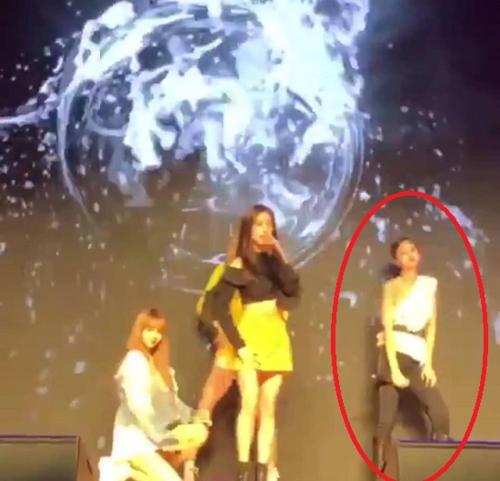 Jennie không hề quỳ gối theo vũ đạo trong bài.