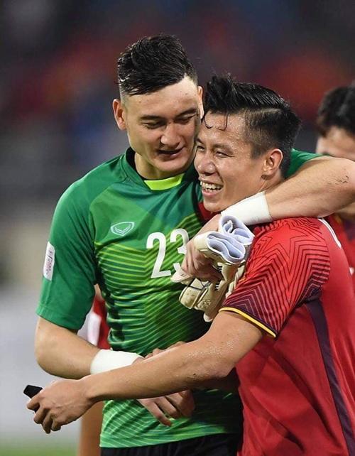 Văn Lâm đăng ảnh thân thiết với Quế Ngọc Hải sau trận bán kết lượt về.