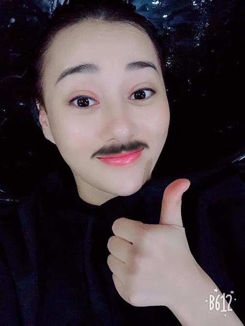 Phương Oanh trông hài hước khi thử giả trai bằng cách ghép râu với app chụp hình.