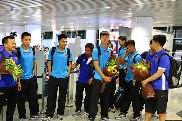 Sau khi đánh bại Philippines 2-1 ở lượt về trên sân Mỹ Đình (6/12) để giành vé vào chung kết, tuyểnViệt Nam không được nghỉ ngơi. Chiều 7/12, thầy trò HLV Park cùng các thành viên trong ban huấn luyện đã ra sân bay Nội Bài để làm thủ tục sang Malaysia. Họ sẽ có trận chung kết lượt đi trên sân khách vào chiều 11/12.