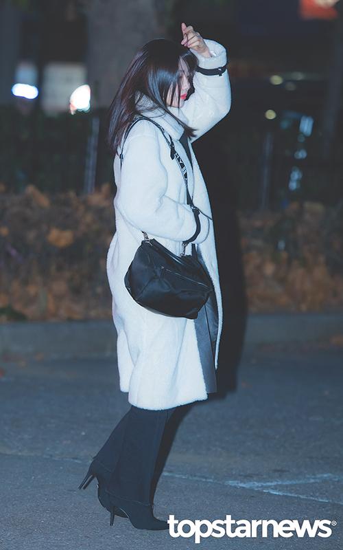 Các cô gái phải có mặt từ sớm, Joy khoác áo bông ấm áp, tóc bị gió thổi tung khi đến đài truyền hình.