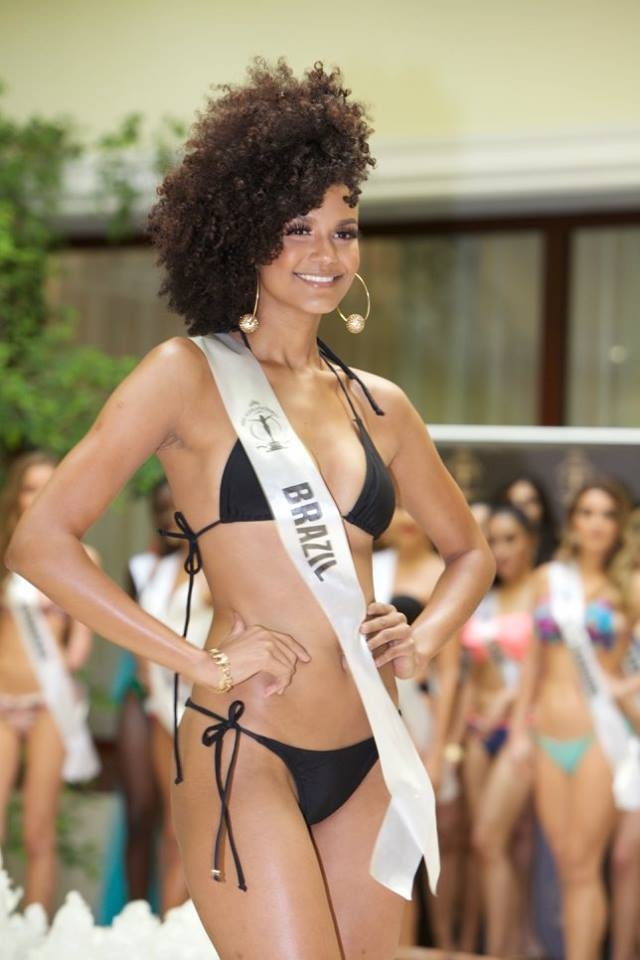 <p> Hoa hậu Brazil - Barbara Reis - là thí sinh nổi bật nhất trong đêm thi Bán kết khi giành được giải thưởng quan trọng: Top Model. Cô gái sinh năm 1998 với mái tóc xù ấn tượng sở hữu nét đẹp tươi mới, hấp dẫn.</p>