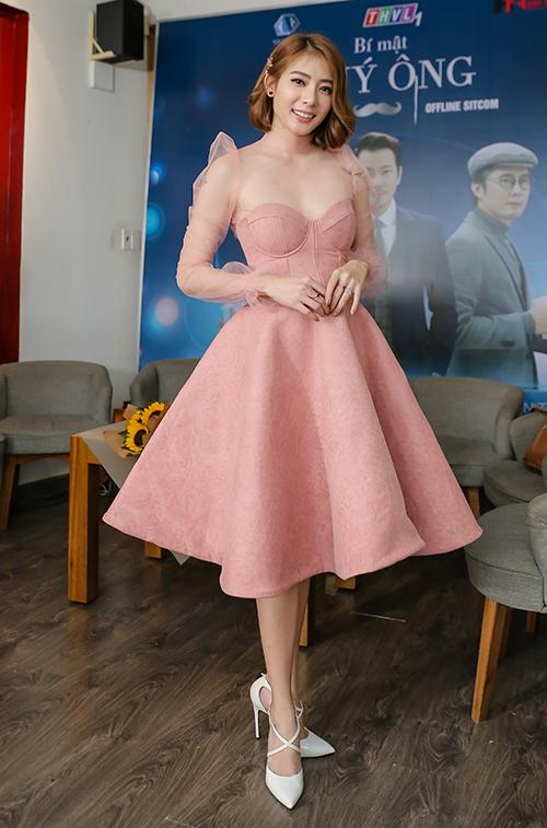 Có mặt trong buổi livestream giao lưu của đoàn phim Bí mật quý ông tại TP HCM mới đây, hot girl Kim Nhã xuất hiện với bộ đầm công chúa ngọt ngào. Cô là một trong những diễn viên chính của phim. Sau cuộc đổ vỡ hôn nhân đầu tiên, tháng 9/2018 vừa qua, nữ diễn viên tái hôn cùng với một chàng trai người Thái Lan.