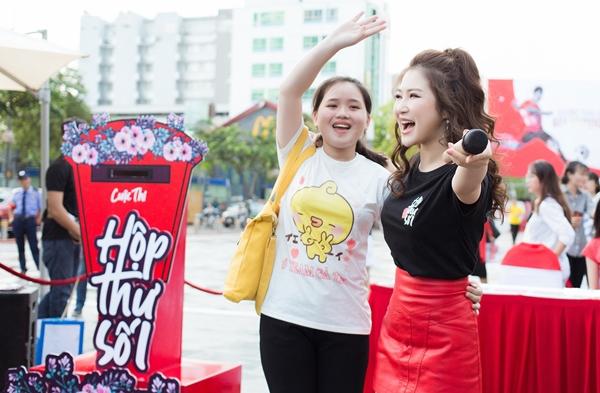 Trên phố đông người, Hương Tràm cùng khán giả hát hai bản hit Duyên mình lỡ và Em gái mưa.