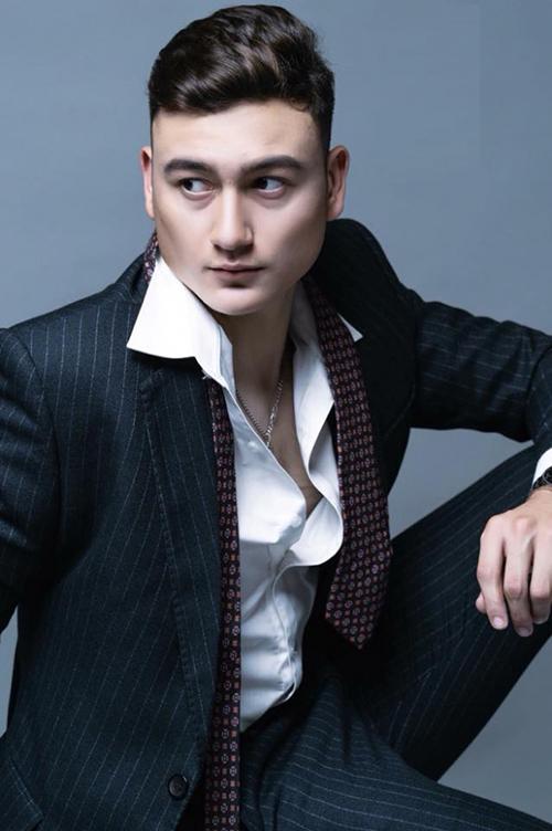 Ngoại hình bảnh bao giúp Đặng Văn Lâm trông chẳng kém các mẫu Tây khi chụp hình quảng cáo thời trang. Hình ảnh chàng thủ thành khoe cơ bắp, khung xương nam tính trong những bộ suit kèm sơ mi trắng khiến các cô gái đua nhau bị đốn tim.