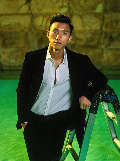 Mới 19 tuổi, Đoàn Văn Hậu đã có chiều cao 1,8 m lý tưởng cùng thân hình rắn rỏi, gương mặt khá điển trai. Đây cũng là lý do sau khi lập công cùng đội tuyển Việt Nam, anh chàng được nhiều thương hiệu săn đón mời làm người mẫu, KOL. Hình ảnh chàng cầu thủ sinh năm 1999 trong bộ suit đen lịch lãm từng khiến nhiều khán giả rất thích thú.