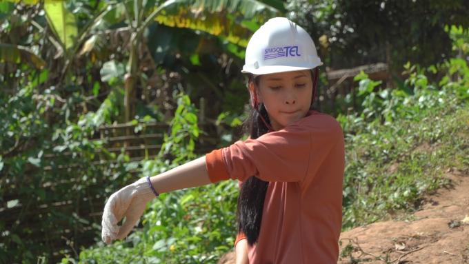 <p> Trước đêm chung kết, cô lọt vào top 5 dự án nhân ái nhờ dự án mang nước sạch đến Bản Nịu, tỉnh Quảng Bình. Đây là nơi không có điện lưới quốc gia, không Internet và điều cấp thiết nhất là không có nước sạch để sử dụng cho các sinh hoạt cơ bản. Tiểu Vy và ê-kíp đã cùng nhau đào giếng và lắp đặt hệ thống lọc nước cho bà con nơi đây. Nhờ thành tích này, nghiễm nhiên, người đẹp xứ Quảng có mặt trong top 30 chung cuộc.</p>