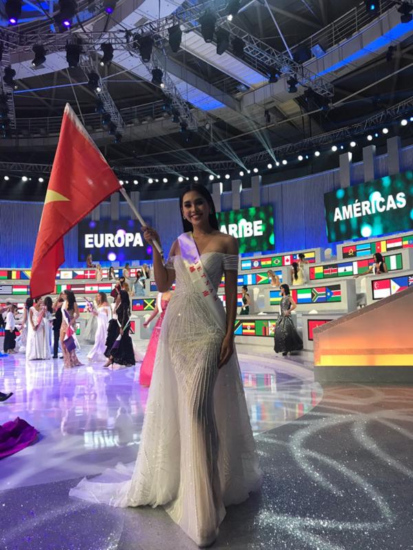 Tiểu Vy giương cao lá cờ đỏ sao vàng của Việt Nam trên sân khấu Miss World. Trước đó, Tiểu Vy chia sẻ, cô đặt mục tiêu vào top 12. Song, dù đã rất cố gắng, cô chỉ dừng lại ở top 30 chung cuộc nhờ thành tích vào top 5 dự án nhân ái. Trên trang cá nhân của Tiểu Vy, khán giả bày tỏ sự tiếc nuối. Họ động viên cô sau gần 1 tháng chinh chiến tại Tam Á, Trung Quốc.