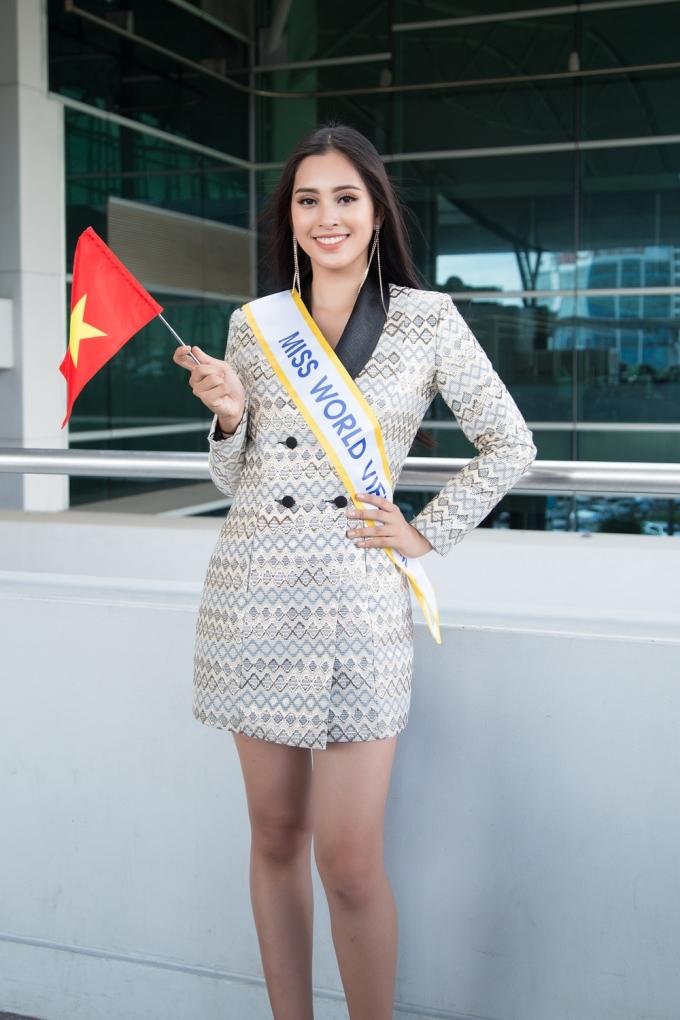 <p> Ngày 9/11, Tiểu Vy lên đường sang Trung Quốc, tham dự Hoa hậu Thế giới.Đến tiễn và động viên Tiểu Vy bên cạnh ê-kíp còn có mẹ hoa hậu và thầy cô của trường Đại học Sư phạm Kỹ thuật TP HCM.</p>
