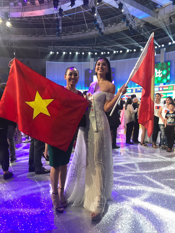 Tiểu Vy chia sẻ, mẹ chính là nguồn động lực lớn nhất của cô khi bước vào đêm chung kết. Bà Huỳnh Trang cũng là người động viên và giúp con gái tự tin hơn nhiều khi bước vào phần thi Head to Head.
