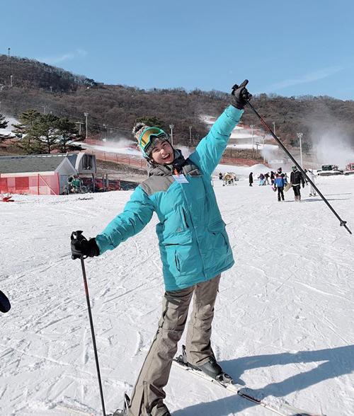 Ngọc Hân cười sảng khoái khi được trải nghiệm trượt tuyết ở Hàn Quốc.