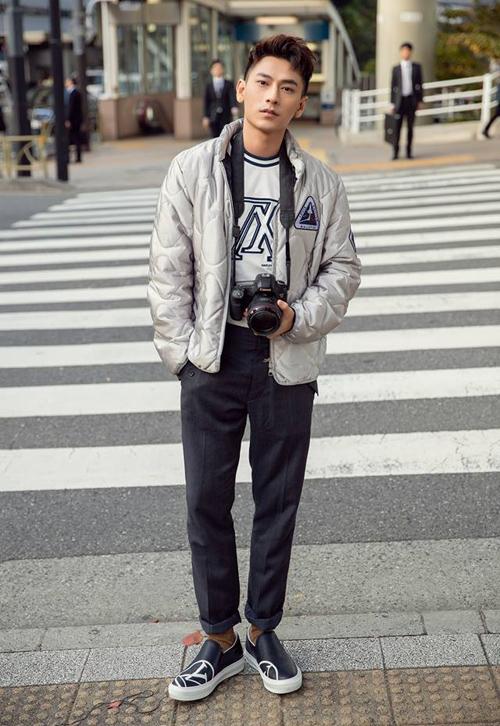 Isaac khoe vẻ bảnh bao trên đường phố Nhật Bản.