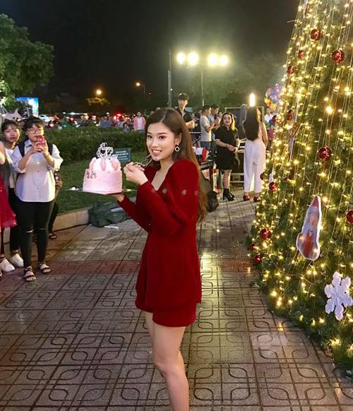 Hoàng Yến Chibi được nhận chiếc bánh sinh nhật bất ngờ từ các fan.