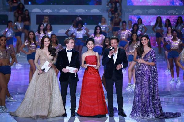 Các MC của đêm chung kết, trong đó có Miss World 2016 - Stephanie del Valle (phải) và Miss World 2013 - Megan Young (trái).