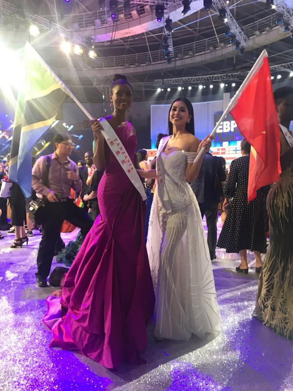 Tiểu Vy chụp hình cùng đại diện Tanzania - người bạn thân thiết của cô tại Miss World 2018.