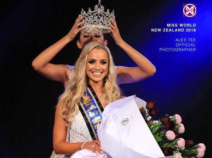 """<p> Jessica Tyson - đại diện New Zealand - vào top 5 """"Người đẹp Nhân ái"""". Cô cao 1,73m cùng gương mặt rạng rỡ, mái tóc vàng óng ả và nụ cười ấm áp. Trước khi trở thành đại diện của New Zealand tham gia Miss World, Jessica Tyson từng đại diện nước nhà dự thi Miss International - Hoa hậu Quốc tế 2016. Hiện, người đẹp 25 tuổi là MC và là nghiên cứu sinh của ĐH Công nghệ Auckland.</p>"""