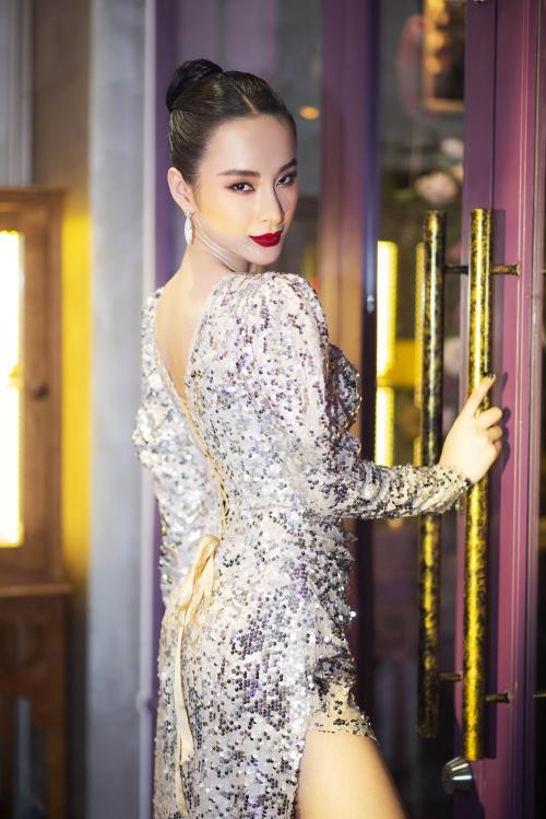 Cô diiện bộ cánh tay bồng độn vai đính sequin, nữ diễn viên trông vô cùng sang trọng, kiêu sa .