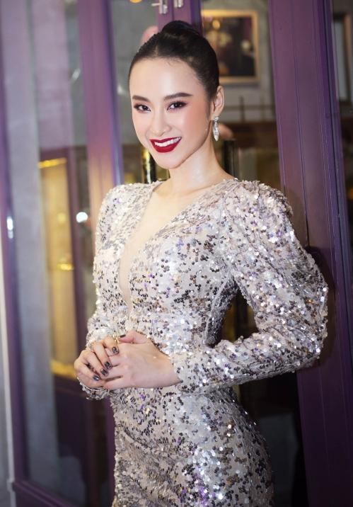 Thay vì diện trang sức tiền tỷ, lần này Angela Phương Trinh chỉ diện duy nhất chiếc vòng tay có đính viên đá thạch anh tím.