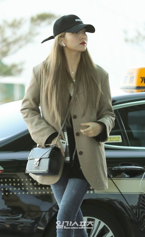 So Won rất hợp với mái tóc vàng. Trưởng nhóm G-Friend chỉ mặc kiểu áo blazer mỏng manh trong thời tiết lạnh giá.