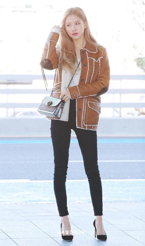 Nhan sắc của Rosé ngày càng được chú ý. Sáng ngày 8/12, cô nàng xuất hiện với phong thái sang chảnh ở sân bay. Áo khoác lót bông giúp thành viên Black Pink giữ ấm. Bức ảnh của nữ ca sĩ được khen khí chất như ảnh chụp tạp chí.