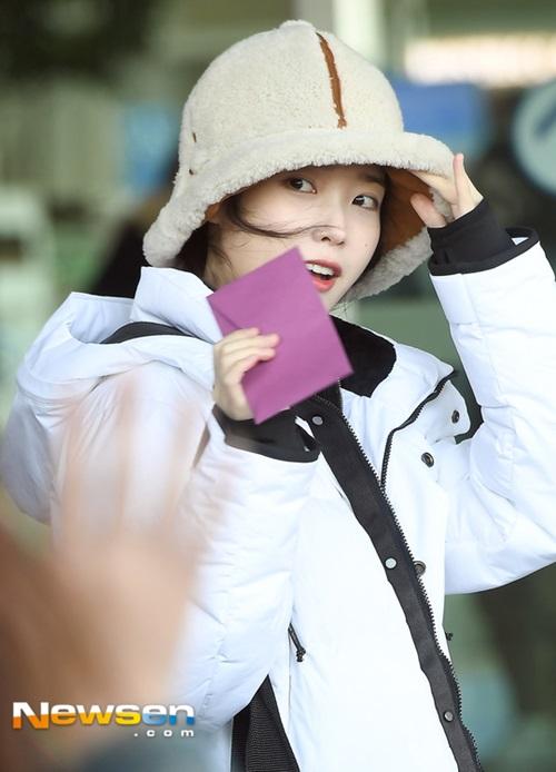 IU phát cuồng với kiểu mũ len ấm áp, cute hết cỡ khi ra sân bay.