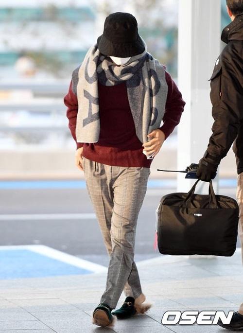 Don Hae che chắn kín mít với khăn quàng cổ, mũ bucket. Tuy nhiên, thành viên Super Junior vẫn đi dép lê giữa trời lạnh.