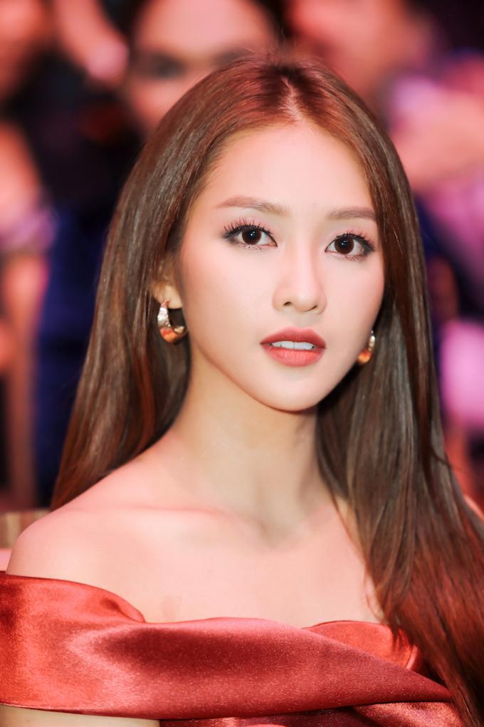 """<p> Cô càng quyến rũ khi để vai trần """"hờ hững"""", sang trọng trong bộ cánh của NTK Chung Thanh Phong.</p>"""