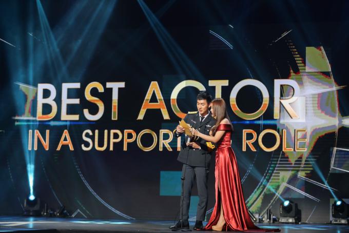 """<p> Song Luân - Khả Ngân còn vinh dự được mời làm người trao giải hạng mục """"Nam diễn viên phụ xuất sắc nhất"""" (Best Actor in Supporting Role) cho nam diễn viên người Indonesia - Michael Kho trong bộ phim """"Kenapa Harus Bule?""""</p>"""