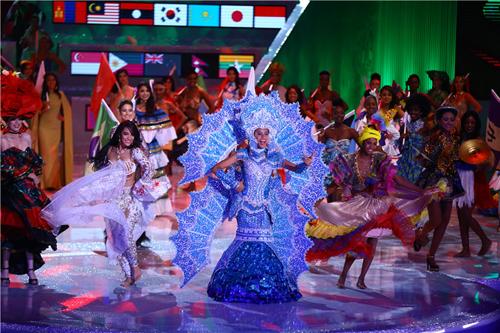 Các người đẹp trong phần Dances of the world.