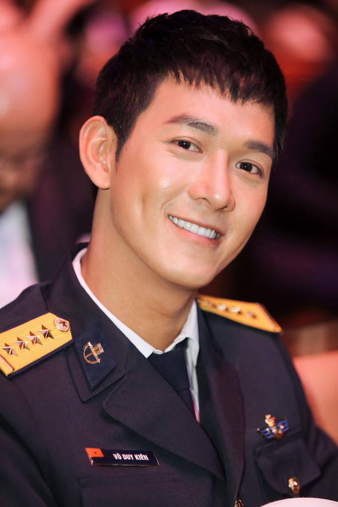 <p> Trong Grand Dinner (Biểu diễn nghệ thuật & trao giải) vào tối mai (8/12), Song Luân sẽ trình diễn 'Bên em là anh' - ca khúc nhạc chủ đề (OST) của 'Hậu duệ mặt trời' Việt Nam.</p>