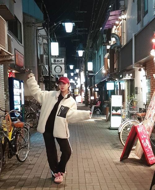 Hye Rin (EXID) đi dép thỏ hồng nhí nhảnh tạo dáng trên đường phố Nhật Bản.