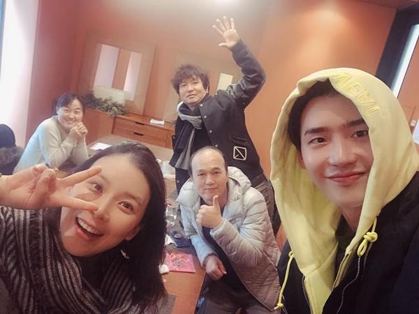Lee Jong Suk, Lee Bo Young cùng các thành viên đoàn phim I can hear your voice lại tụ tập cùng nhau. Anh chàng Jong Suk chúc Bo Young mẹ tròn con vuông khi đàn chị sắp đến ngày hạ sinh con thứ hai.