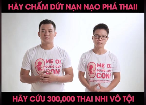 Hai chàng trai trẻ kêu gọi chống lại hành động nạo phá thai.