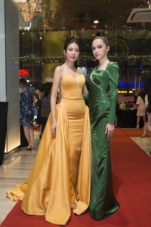 Kiểu váy với chất liệu bóng, mỏng như Diễm My 9x mặc vốn được xem là khắc tinh của các sao Việt. Trong một sự kiện gần đây, Thúy Vân cũng bị chê bụng to vì bị trang phục dìm hàng.