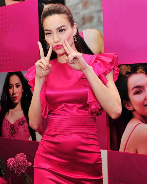 Ngay cả Hà Hồ nổi tiếng có thân hình mảnh mai nhưng khi khoác lên mình chiếc váy siêu kén cũng trông chẳng khác gì bụng ngấn mỡ.