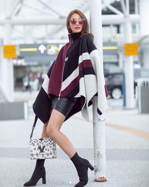 Khả Ngân đang có mặt tại Nhật Bản theo lời mời của hãng Louis Vuitton. Trên đường phố, cô nàng diện áo khoác cape ấm áp nhưng lại kết hợp cùng váy ngắn để khoe chân thon.