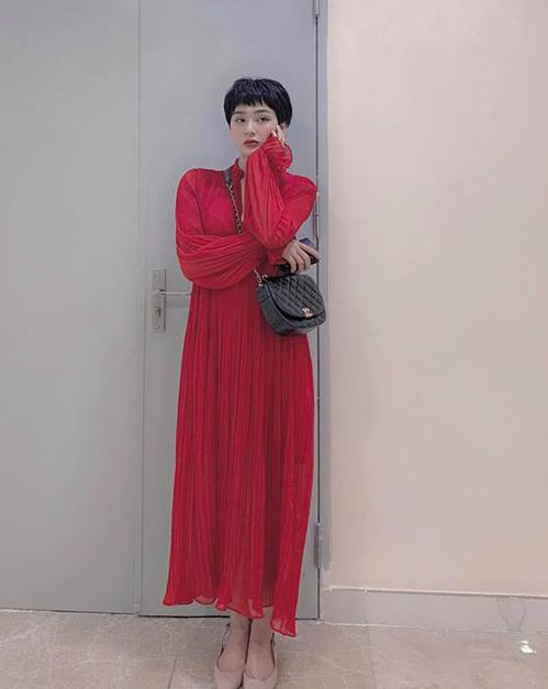 Hiền Hồ diện chiếc váy maxi đỏ rực thu hút mọi ánh nhìn.